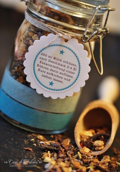 Wir trinken im Winter viel gewürzten Kakao bzw. Schokolade, die Mischung kann man ganz einfach selbst machen. Bei living at home habe ich dieses Rezept ent