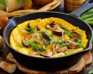 Omelette poids plume au gruyère et aux cèpes : http://www.fourchette-et-bikini.fr/recettes/recettes-minceur/omelette-poids-plume-au-gruyere-et-aux-cepes.html