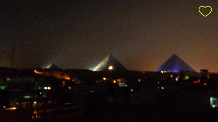 As três pirâmides de Gizé, à noite. #travel #traveling #trip #tourism #blog #blogdeviagem #oladobomdetudo