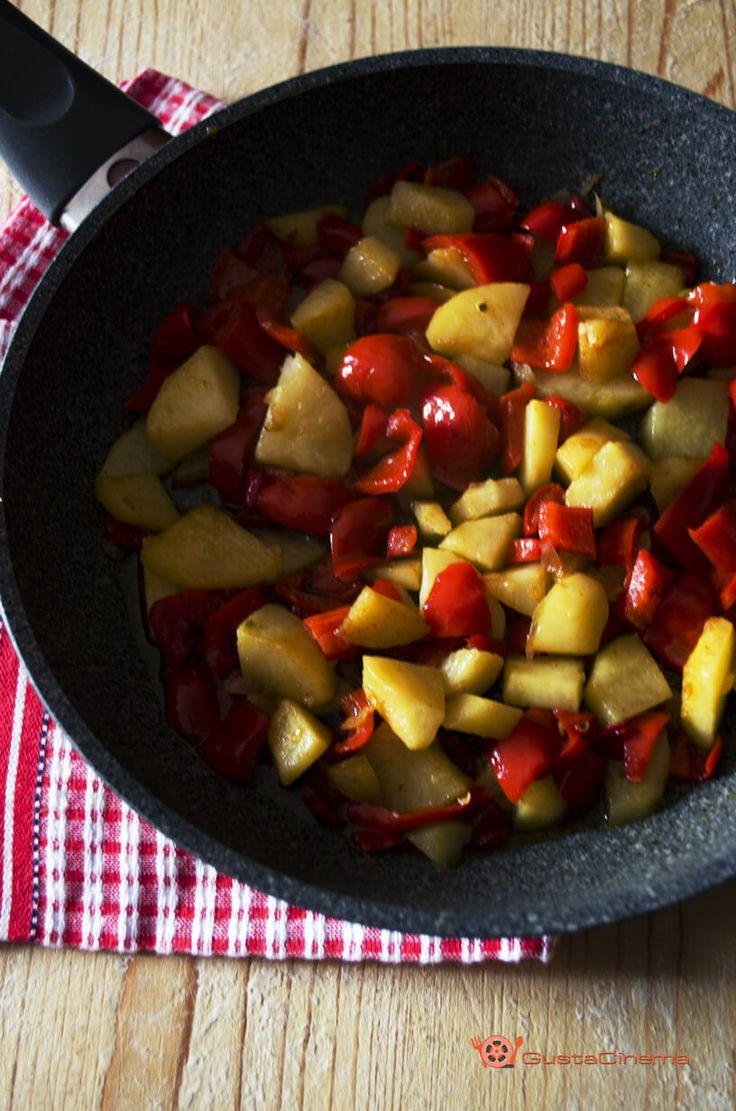 Padellata di patate e peperoni alla paprika è un contorno saporito, colorato e genuino. Perfetto per accompagnare secondi piatti di carne o pesce.