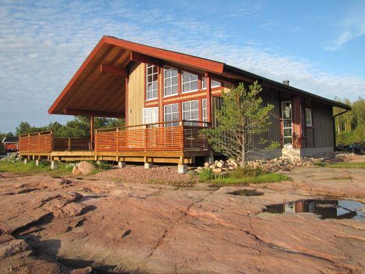 Huset Sidensvansen är det perfekta huset för dig som gillar ljusa och öppna planlösningar. Ryggåstaket och de många vinklarna skapar tillsammans ett spännande hus med stora möjligheter till ett bra boende.