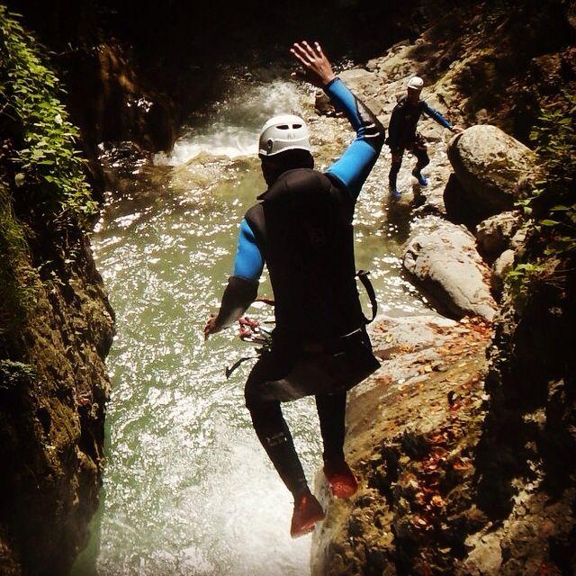 Plan canicule : il est dur de faire du sport sous cette chaleur. Avez vous pensé au canyoning? L'eau fraîche des canyons d'Annecy vous promet rafraîchissement et adrénaline. Alors foncez chez Mountacala Annecy http://www.mountacala.com/canyoning-annecy/