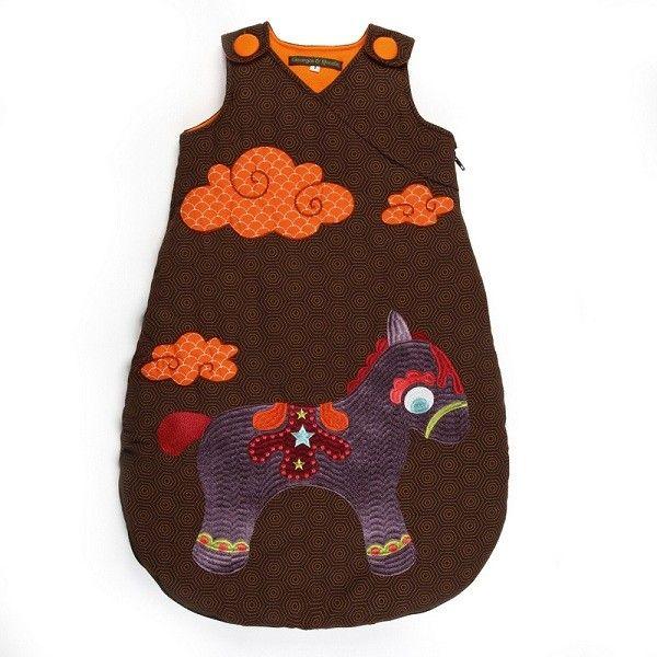 Novità! Confortevole sacco nanna per i mesi invernali con una stupenda applicazione di una pony. Il design e i colori dei sacchi nanna della marca Francese Georges sono davvero originali. Disponibile in 3 misure.