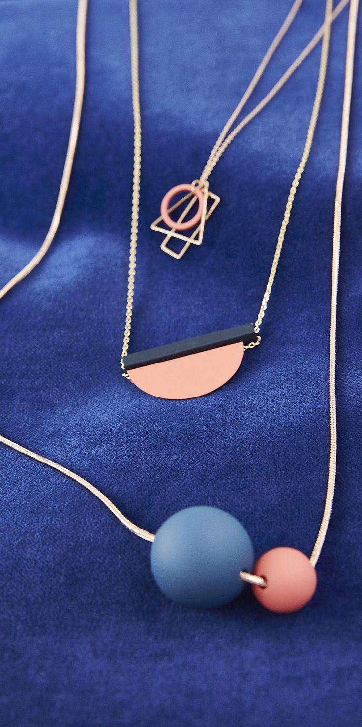 Keeping things simple, the Camelia Coated Duo Ball Necklace add a boost of welcome colour to your look with two navy and pink balls on an elongated rose gold chain.