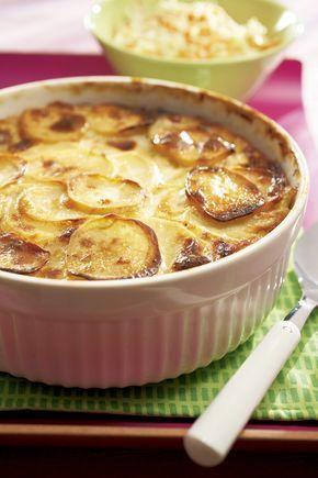Jauheliha-perunalaatikko tehdään perunaviipaleista. Maustepippurit ja munamaito kuuluvat tähän perinteiseen arkiruokaan.
