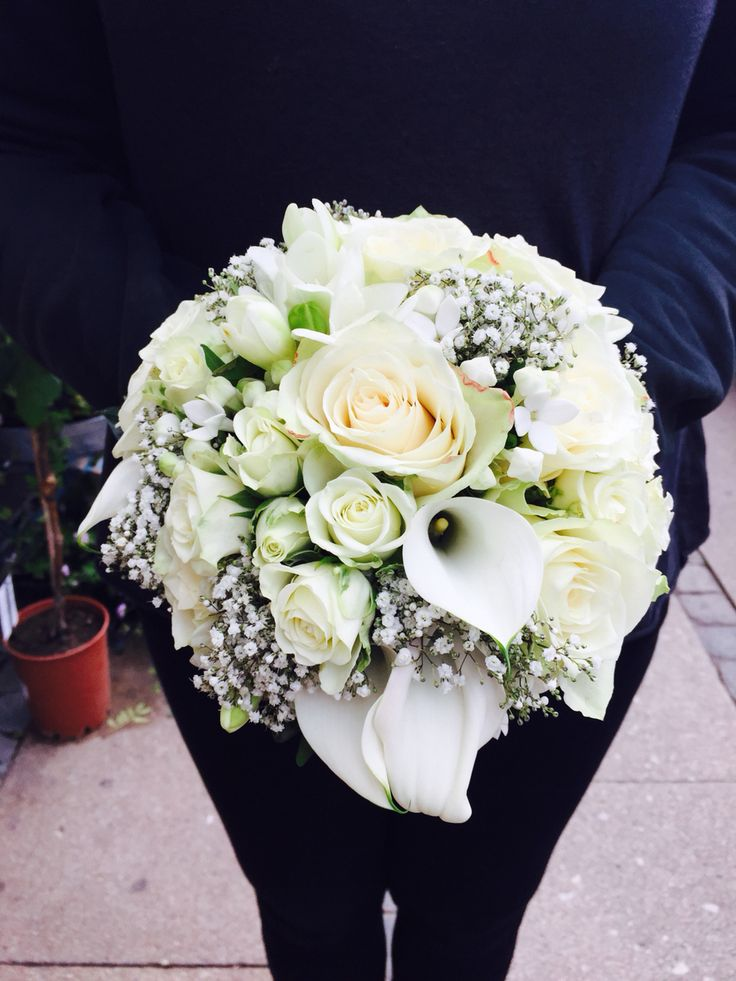 Visually Round bouquet, light green and white flowers, a joy to make, loved the mix of flowers from greenish/white/cream, a balance not to make it boring in shape and tone. One of my favorites work.