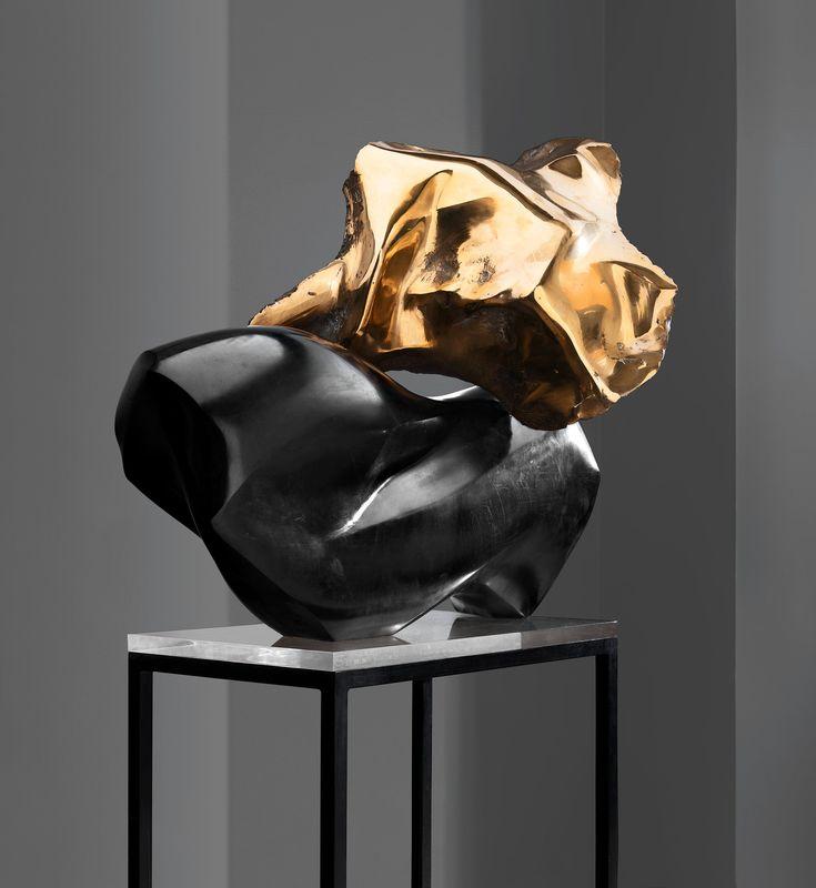 """370. LAILA PULLINEN, """"MARILYN MONROEN MUISTO"""". Belgian musta marmori ja pronssi, leveys 85 cm, korkeus 77 cm + jalusta, korkeus 67,5 cm. Tehty 1965."""