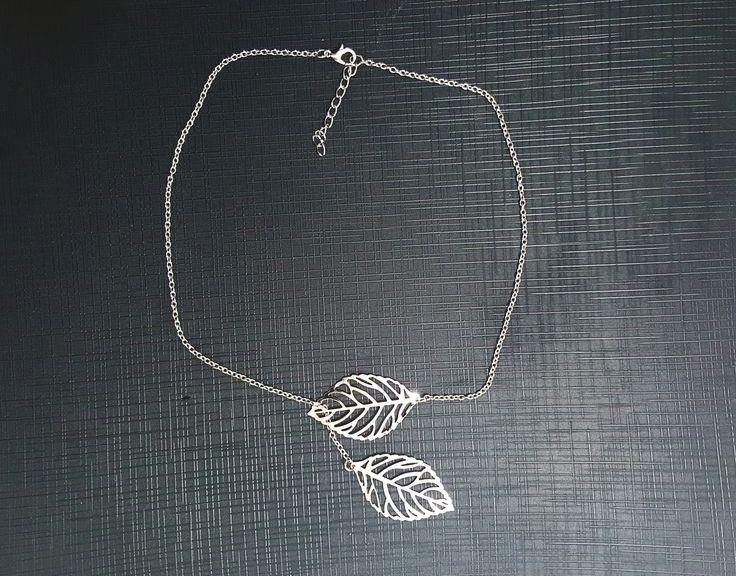 Colier trendy cu frunze placate cu argint. Pret: 15 lei