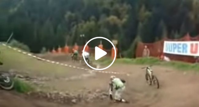 Ciclista Cai Durante Prova, Mas Bicicleta Resolve Continuar a Corrida