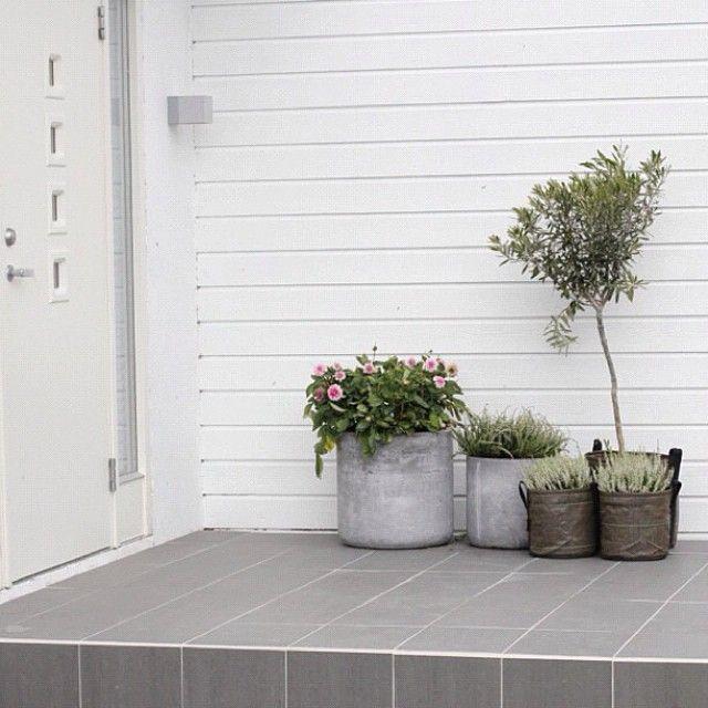 Inspiration patio : gris et pots 3L en toile géotextile BACSAC pour habiller une entre de maison de manière moderne et design !