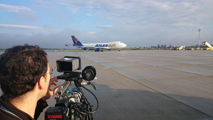 """Vorbereitungen in Österreich! Letztes Red Bull Air Race, Red Bull Ring, Spielberg. // Gestern kam die erste von zwei Boeing 747-400 Frachtmaschinen aus LA vom letzten Rennen (Las Vegas Motor Speedway) mit Rennflugzeugen, Team-Equipment, etc. am Flughafen Graz an. Insgesamt 60 Tonnen! Und das, obwohl Red Bull Rennflugzeuge zwar relativ groß, aber dafür umso leichter sind, um so beweglich wie möglich in der Luft zu sein._Wir waren dabei und haben für ein """"Behind The Scenes/Logistik"""" Stück…"""
