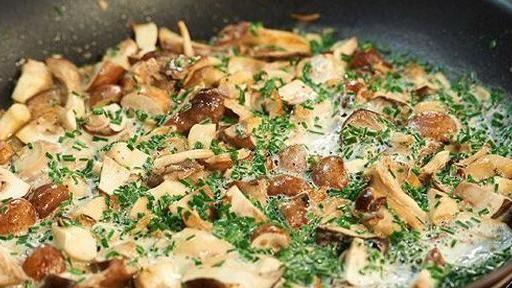 Pilze putzen und in grobe Stücke schneiden. Schnittlauch in feine Röllchen schneiden. Öl in einer großen Pfanne erhitzen. Pilze zugeben und so lange braten, bis sie hellbraun sind und die Feuchtigkeit verdampft ist. Mit Salz, Pfeffer und...