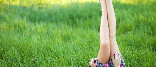 Wer kennt das Problem nicht? Kaum haben wir uns die Beine rasiert, entstehen schmerzhafte Pickelchen. Rasurbrand ist nicht nur für Männer unangenehm...