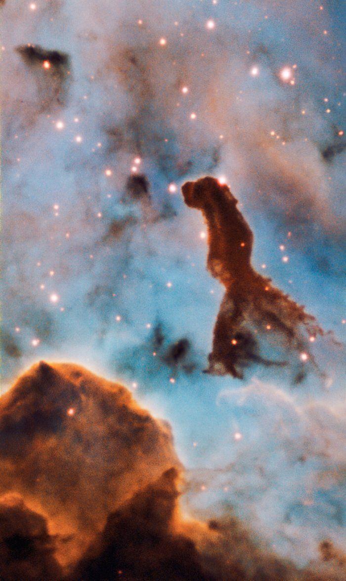 Diese Säule ist Teil des massereichen Sternhaufens Trumpler 14 im Carinanebel in einer Entfernung von 7500 Lichtjahren.