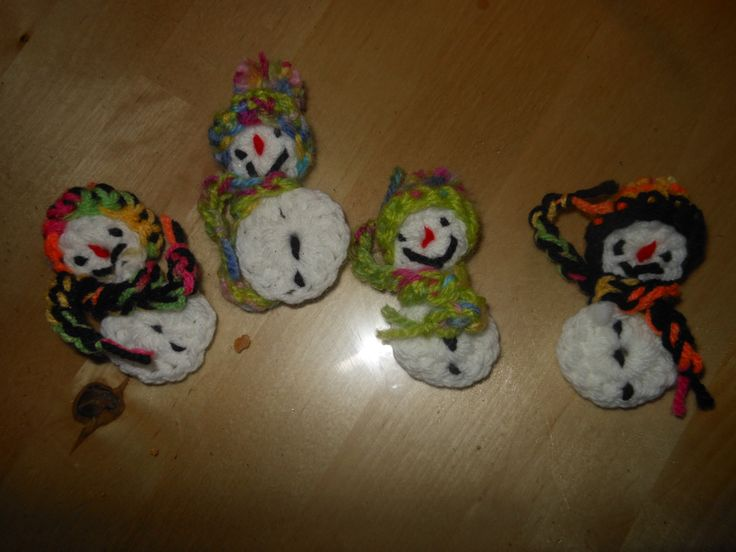crochet snowman pin / καρφίτσα χιονανθρωπος στο βελονάκι