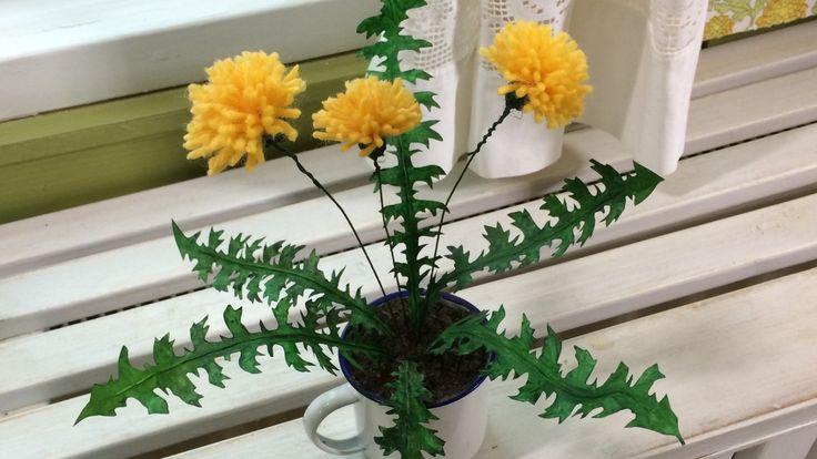 Gör själv blommor av garn och blad av målartejp. En rolig inredningsdetalj i väntan på sommarblommorna.