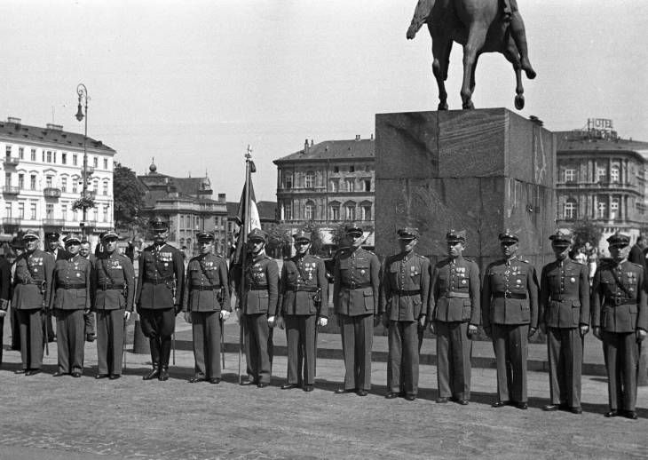 Warsaw August 1939, Polish officers by the statue of Prince Józef Poniatowski at the Piłsudski square