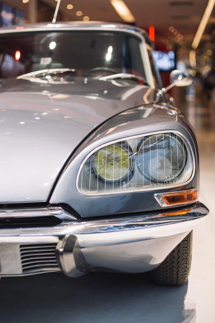 """De Citroën DS is een beroemd automodel van het Franse merk Citroën. In het Frans spreekt men de naam uit als """"déesse"""", wat godin betekent. Hiervan is ook de troetelnaam """"godin van de weg"""" afgeleid. Andere bijnamen zijn Snoek en Strijkijzer (Vlaanderen, Nederland), Haifisch (Duits: haai), Tiburón (Spaans), Squalo (Italië), Boca de Sapo (Portugees: kikkerbek) en Padde (Vlaanderen, Noorwegen)."""