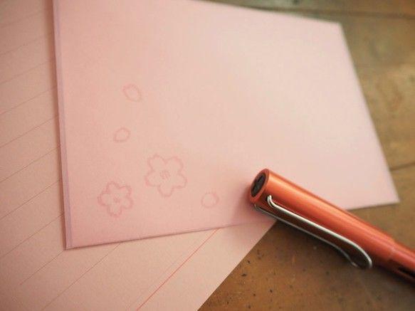 さくらをモチーフにしたレターセットです。うわーっと咲いて、すぐに散っていってしまうさくら。少しだけ心に残るような、そんなさくらをイメージしました。桜色の半透明の封筒から便箋のさくらの花が透けて見える仕様です。【内容】便箋10枚  A6封筒3枚  11cm × 15.5cm(洋2封筒より少しだけ小さいサイズです)宛名シール 3枚【製品について】●一点一点手作りで作っております。色やサイズに多少の個体差が出てしまう場合がございます。 ●ご利用の機器によりご購入いただいたものと掲載商品の色味が違ってしまう場合がございます。●ラッピングは無料で致します。複数購入される場合は、個別ラッピングまたはまとめてのラッピングか、購入時ご希望を備考コメント欄にご記載ください。●領収書が要り用な場合は、購入時、備考コメント欄にご記載ください。