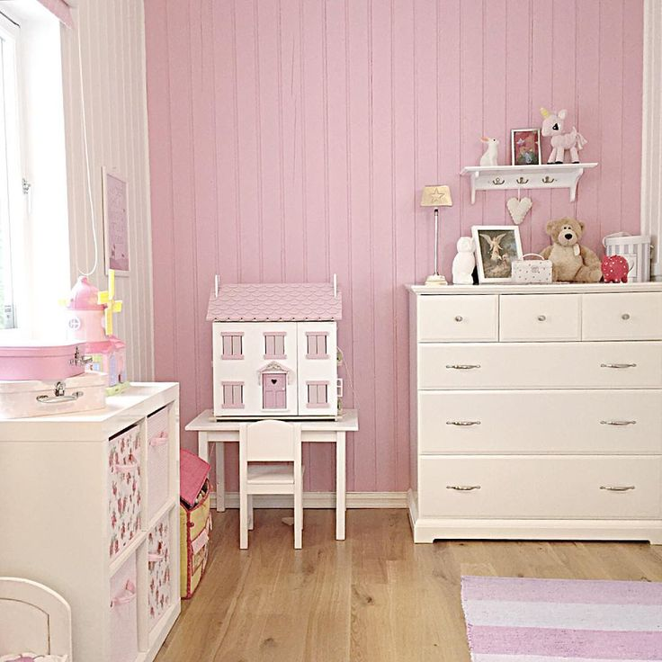 Barnerom interiør, jenterom / Pink and white room for a little girl