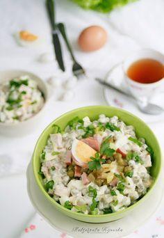 Prosta sałatka z ziemniaków, jajek, szynki i ogórków konserwowych z sosem majonezowo-musztardowym