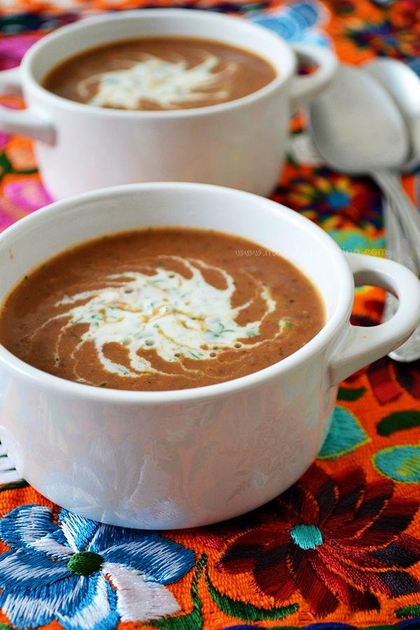 Sopa de frijoles negros con crema al cilantro | Madeleine Cocina