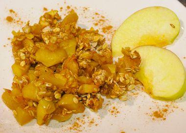 Jablká zmiešame s hnedým cukrom a vložíme do margarínom vymastenej ohňovzdornej misy. V inej mise zmiešame ovsené vločky, celozrnnú múku a škoricu azmes n