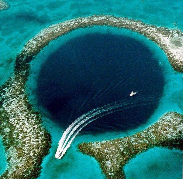 """Cayo Ambergris -  Pequena ilha do estado britânico de Belize, a barreira de recifes recebeu, em 1996, a classificação de Patrimônio Mundial da UNESCO. Pouca gente sabe, mas a música """"La Isla Bonita"""", de Madonna, é em homenagem a essa ilha."""
