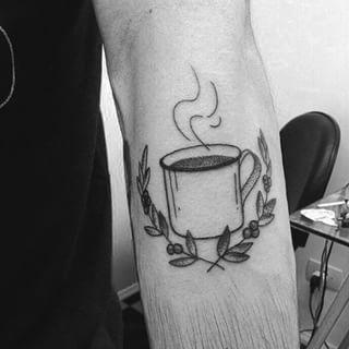 Cette tasse de café brûlante.   36 idées de tatouages pour les gourmands
