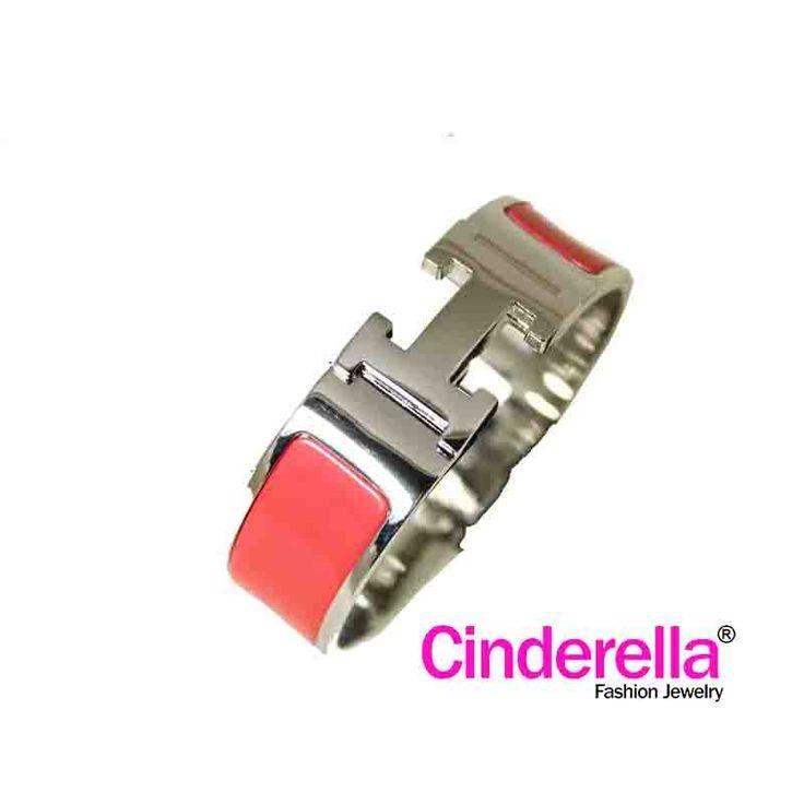Gelang H**mes dengan warna dasar Silver dengan logo H**mes yang keren berwarna silver dan Pink. gelang ini cocok bagi ladies yang feminin untuk bepergian, hangout bersama sahabat, rekan kerja.   Diameter Gelang : 6,8 cm Bahan Dasar : Logam