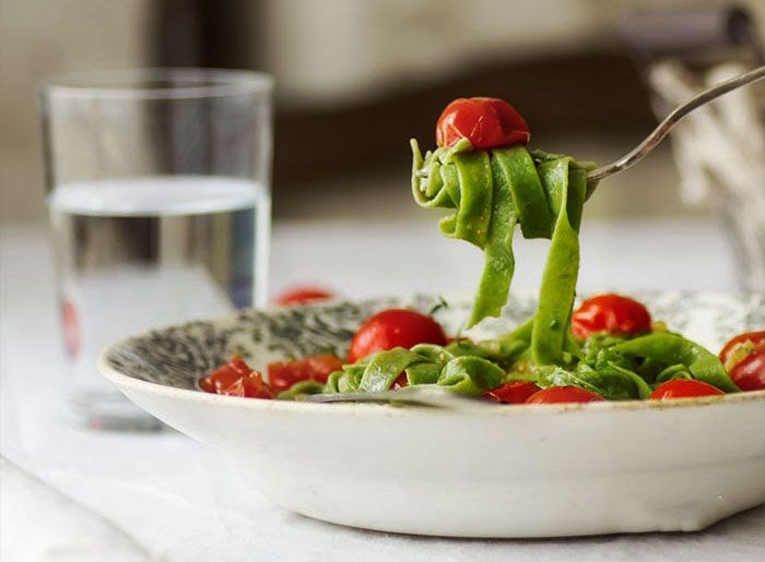 Домашняя паста со шпинатом и томатами