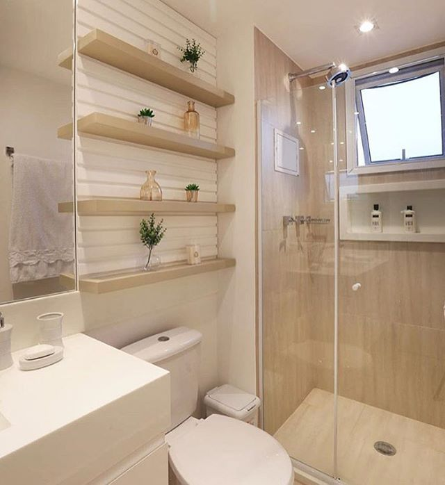 De muito bom gosto esse banheiro.... As prateleiras deram um toque bem…