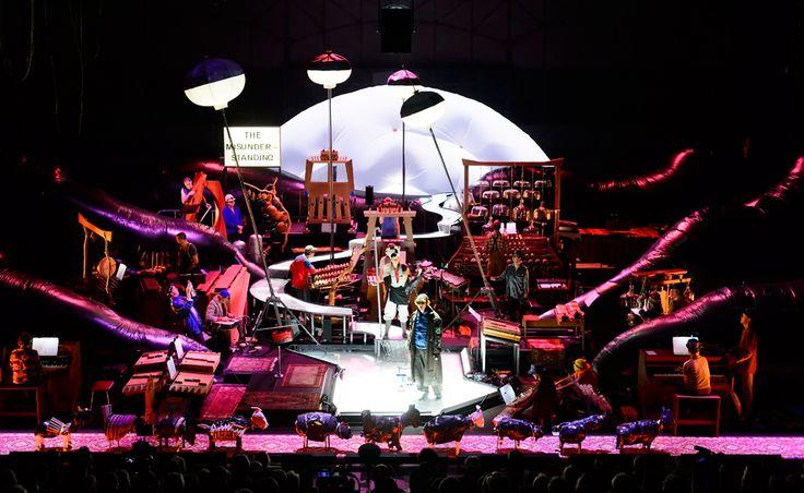 © Wonge Bergmann [Musique] [Théâtre] HARRY PARTCH / HEINER GOEBBELS Delusion of the fury Samedi 18 juin à La Villette  https://lavillette.com/evenement/harry-partch-heiner-goebbels/