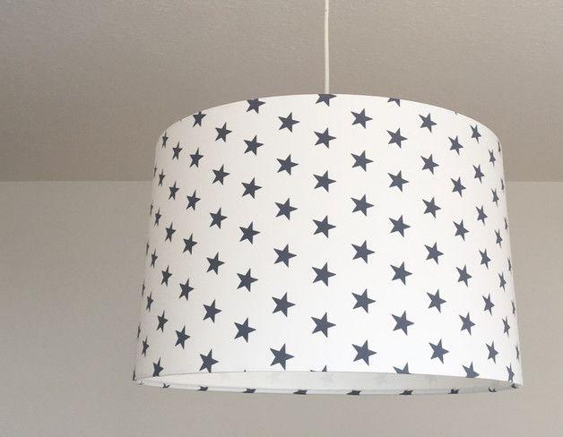 Graue Sterne auf weißem Grund.   Der Lampenschirm kann mit einer E27 Fassung und einer Energiesparlampe verwendet werden. Wir können ihn auch als Tischlampe (siehe mehrere Angebote im Shop) oder...