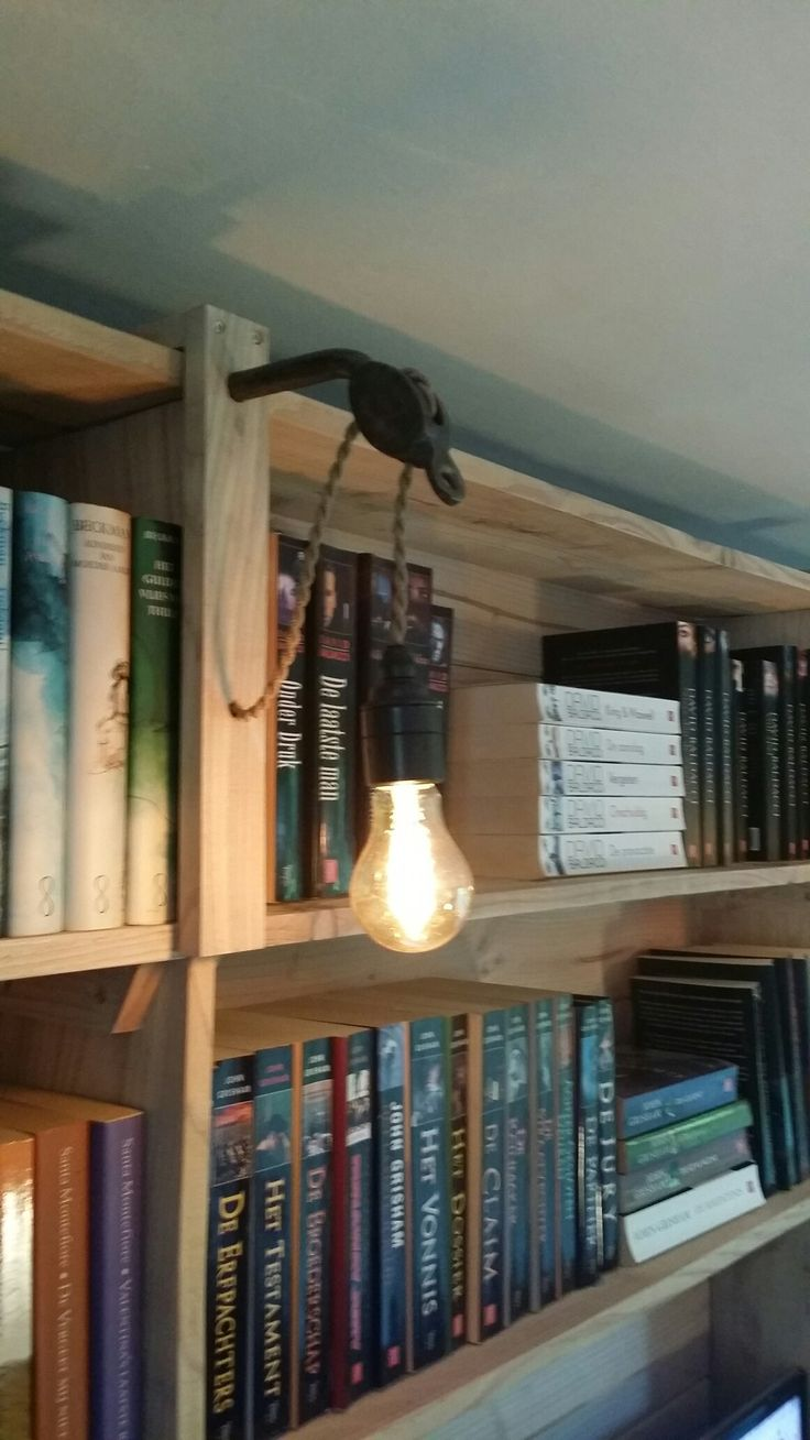 Lamp naar eigen idee en ontwerp. Katoenomwikkelde kabel, katrol, antieke Engelse fitting en douglas hout.