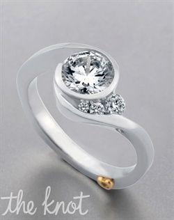 Escape - Mark Schneider - White Gold    Que hermosura! Me encanta como está envuelto el diamante y el detalle de los otros 3 al lado!