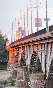 """Przejście dla pieszych pod mostem? """"Ingerencja w zabytkową konstrukcję"""" - http://tvnwarszawa.tvn24.pl/informacje,news,przejscie-dla-pieszych-pod-mostem-ingerencja-w-zabytkowa-konstrukcje,186650.html"""
