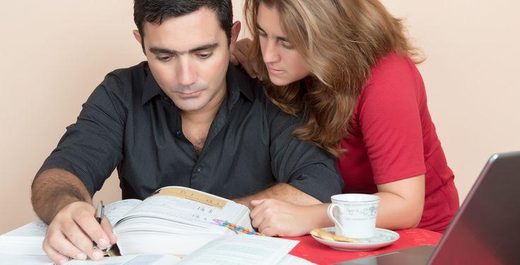Einheitlicher und schneller: Bachelor- und Masterstudiengänge sollten die Studienzeiten in Deutschland verkürzen. Trotzdem studieren viele über die Regelstudienzeit.