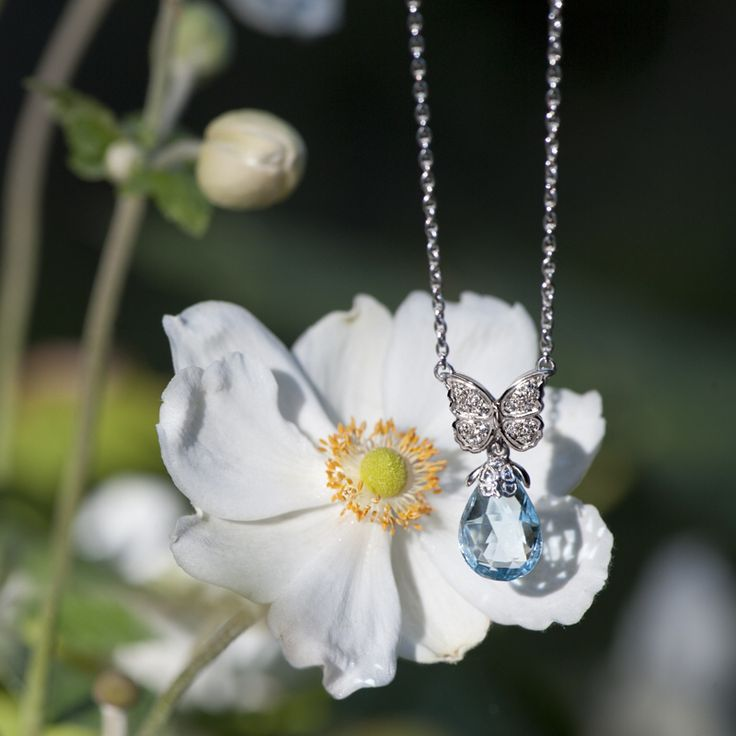 Baile de Mariposas necklace in white gold with diamonds and blue topaz. Discover more on www.carreraycarrera.com #carreraycarrera #bailedemariposas #necklace #pendant #goldenjewels #jewels #joyas #jeweloftheday #bluetopaz #gems #gemstones #shine #spring #chic #luxury