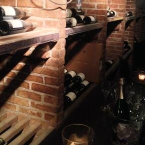 Zoals een echte wijnwinkel betaamt heeft ook Okhuysen wijnkelders. Verrassend groot en verdeeld in meerdere ruimtes.