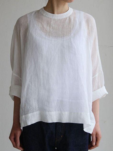 Big slip on blouse short/YAECA 11-11Wデニム 4<モデル身長161㎝ 着用サイズ:1  28inch >  最高級のリネンガーゼを使った、全体的にクラシカルで品の良いブラウス。うっすら透ける白色が、清らかな表情で、デニムなとのシンプルなコーディネイトにもおすすめです。