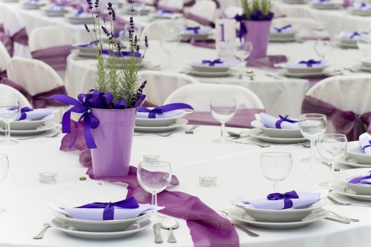 Jak udekorować stół na ślub, aby dekoracja ślubna pozostała na długo w pamięci gości?Dekoracja stołu na ślub powinna być stylowa i niebanalna. ZDJĘCIA w galerii mogą Cię zainspirować!
