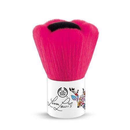On a toutes nos critères pour choisir nos pinceaux. Entre la qualité des poils (naturels ou synthétiques), la forme de la touffe, le prix ... et l'esthétique de l'objet. Pendant un temps, j'ai cru que les petits kabukis en forme de fleur (comme celui...