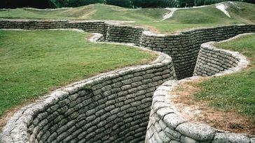 Les tranchées de Vimy, près d'Arras. The trenches of Vimy near Arras.