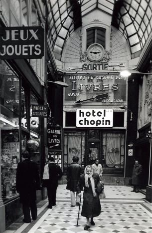 Robert Doisneau  Passage Jouffroy 1976 All these passages remained the same. See more:http://www.bestofparis.net/wordpress/