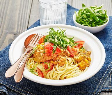 Krämig tonfiskpasta är den perfekta vardagsmiddagen som går hem hos de flesta i familjen. Tonfisk blandas med lök, tomatpuré tomatpesto och majs. Med grädde blir tonfiskröran krämig och god när allt kokas samman. Servera med nykokt pasta och fräsch sallad med tomat.