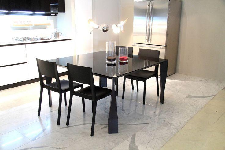 Tavolo Diamond di Molteni&C cm 140 x 140, piano in vetro antracite, gambe e struttura in rovere grigio.
