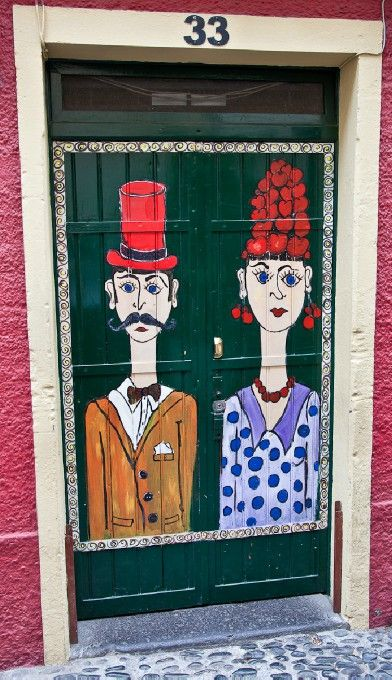 Quirky fun door. I'd be tempted to go in & meet the characters who lived/worked within. I'm sure they'd be interesting.
