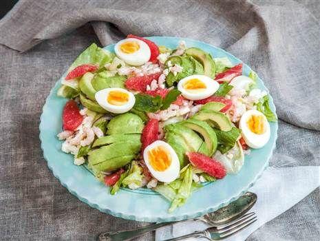 Räksallad med avokado, grapefrukt och kokt ägg