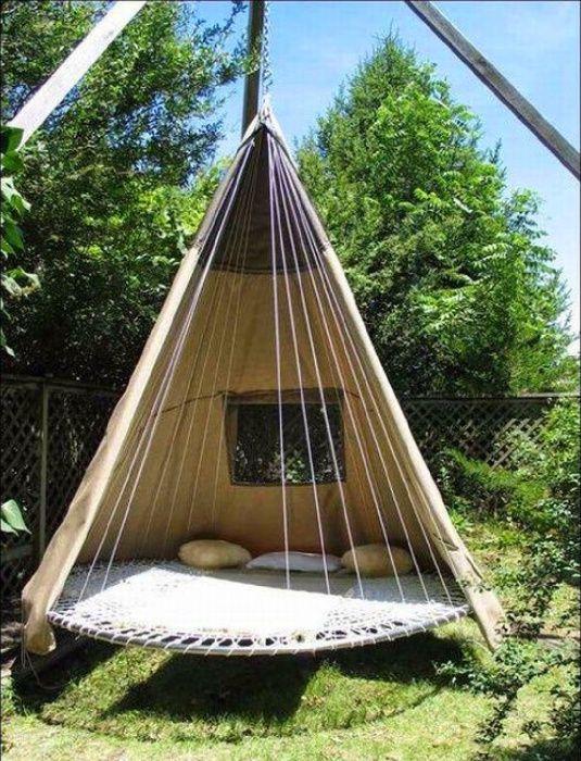 Удобное место для отдыха в саду.